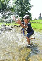 炎天下の中、水遊びを楽しむ男の子=18日、佐賀市の県立森林公園(撮影・鶴澤弘樹)