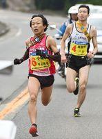累計首位を守った小城市。平石拓也選手(左)が佐賀市の八谷英佑選手をかわしてトップに立つ=17区