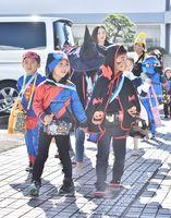 さまざまな衣装を着て町を練り歩く園児たち=佐賀市