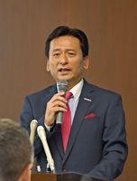 九州新幹線長崎ルートの整備を巡る国会議員の言動について、定例会見で見解を示した山口祥義知事=佐賀県庁