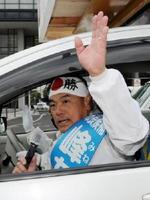 選挙カーから手を振り、支持を訴える峰達郎候補=唐津市の唐津神社前