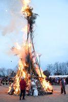 巨大な炎に覆われ、燃え上がるたいまつ=佐賀市の北川副小学校