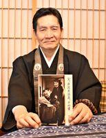 『父、芹沢光治良、その愛』を手にする井手恵さん=伊万里市大坪町の西念寺