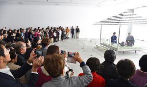 「ガラスの茶室-光庵」でお点前の実演が行われ、大勢の来場者が見入った=佐賀市の県立美術館