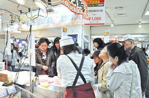正月用の食材も目当てに人だかりができている北海道大物産展=佐賀市の佐賀玉屋