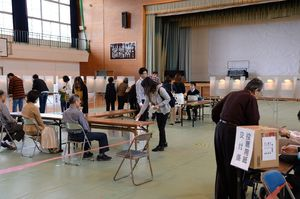 鍋島中学校に設けられた衆院選の投票所で、1票を投じる有権者=22日午前11時ごろ、佐賀市鍋島