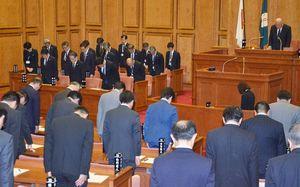 臨時議会冒頭、執行部と県議が前日に亡くなった井本勇元知事へ黙とうをささげた=佐賀県議会議場