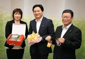 太良町の特産品を使ったこんにゃくゼリーを手にする(左から)本田末子さん、山口祥義知事、岩島正昭町長=佐賀県庁