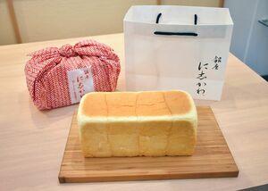 包装は手提げ紙袋(右上)や専用風呂敷(左上、1320円)などが使われる。紙袋には水滴の模様を施して水にこだわって製造していることを表現している