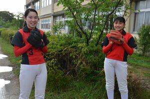 バッテリーを組む神田凜さん(左)と田中芹奈さん
