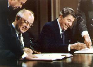 1987年12月、ホワイトハウスで中距離核戦力廃棄条約に署名するレーガン米大統領(右)とゴルバチョフ・ソ連書記長=ワシントン(ロイター=共同)