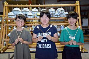 碗琴の演奏で新垣隆さんと共演する(左から)岩永悠花さん、薬師寺史苑さん、谷口夢さん=有田町の古田商店