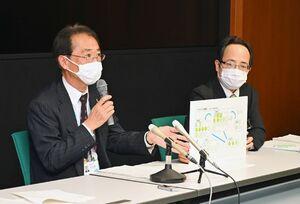 カラオケ喫茶でのクラスター発生を受け、注意を喚起した佐賀県の大川内直人健康福祉部長(左)=県庁