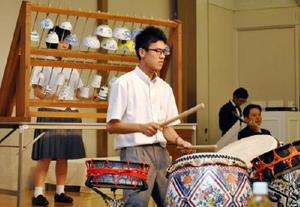 集まった実行委員らを前に、碗琴・磁器太鼓を演奏する有田工業高吹奏楽部のメンバー=佐賀市のグランデはがくれ