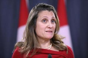 記者会見で話すカナダのフリーランド外相=12日、オタワ(ロイター=共同)