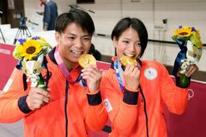 兄と妹で同日に金メダルを獲得し笑顔を見せる男子66キロ級の阿部一二三と女子52キロ級の詩=日本武道館