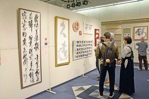 佐賀北高で書道を学ぶ生徒らの集大成の書が並ぶ会場=佐賀市文化会館