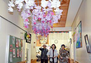 介護デイサービス利用者たちが紙工作したフジ=神埼市脊振町広滝の高齢者生活福祉センター「そよかぜ荘」