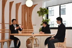 新しい面談室でミニトークを行った(左から)山口知事、馬場さん、川﨑さん=佐賀県庁本館