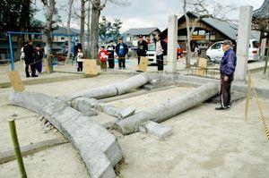 地震で倒れた菅原神社の鳥居=平成17年3月20日、鳥栖市原町