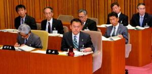 副市長選任案を見送った峰達郎唐津市長(前列右)。岡本雅夫副市長(左隣)は3月末で退任し、4月以降は副市長不在となる=13日の市議会一般質問