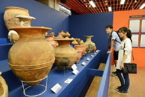 飯塚市の立岩遺跡から出土した土器(手前から二つ目)などが並ぶ