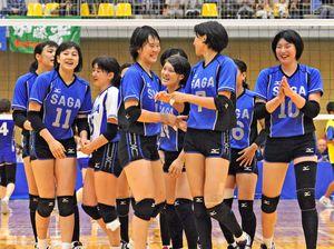 バレーボール成年女子 5年ぶり3度目の優勝を果たし、笑顔を見せる久光製薬スプリングスの選手たち=愛媛県の伊方スポーツセンター