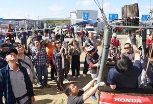 気球教室では、バーナーがたかれると来場者からは歓声が上がった=佐賀市の嘉瀬川河川敷