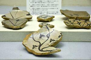 マツの木が内面に大きく描かれた絵唐津(大皿)の陶片(多久市郷土資料館蔵)