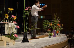 作品のポイントなどを解説する講師の笹山安文さん=佐賀市のアバンセ