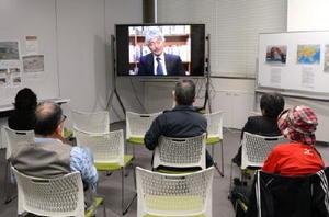 アフガニスタンでの中村哲さんの活動を追った映像を鑑賞する市民ら=佐賀市の県国際交流プラザ