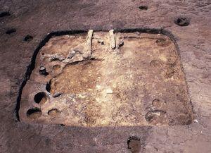 古代の住居跡-手前に家の入口、奥に竃が見える