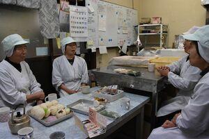 お茶を入れて近況を報告し合う試食タイム。「これが楽しみよ」と口をそろえるメンバーたち=佐賀市三瀬村の井手野加工場