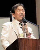 在宅でのみとりについて、事例を交えながら紹介する満岡聰代表=佐賀市のメートプラザ佐賀