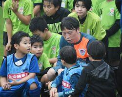 自身も四児の父である梁勇基(リャン・ヨンギ)選手は慣れた様子で子どもたちと接した=沖縄県の読谷村陸上競技場