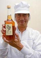 6年間熟成の梅酒「眠り姫」を手にする和田信司工場長=西松浦郡有田町の宗政酒造