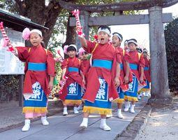 「新栄」の文字が入った化粧前だれを身につけ、浮立を奉納する子どもたち=佐賀市鍋島町八戸の五龍神社