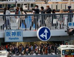 大阪・梅田をマスク姿で歩く人たち=23日午後