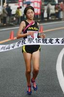 1年生でアンカーとして5km区間を走り抜いた清和の辻恵理=長崎県の雲仙小浜マラソンコース