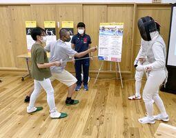 佐賀商業高フェンシング部と交流する子どもたち(佐賀市提供)