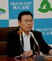 記者会見で「町民や職員に感謝したい」と話した岩島正昭町長=太良町役場