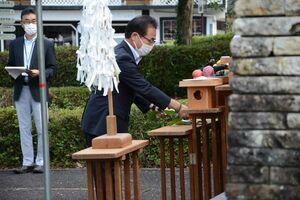 玉串を捧げる深川祐次会長=有田町泉山の先人陶工の碑前