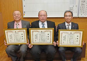 署長感謝状を受けた平尾昌晃さん(左から)、鳥丸鶴一さん、田中亨さん=鳥栖署