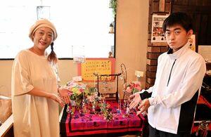 サンキャッチャー作家の岡本めぐみさん(左)と息子の武さん=佐賀市多布施の「SUNSUNSUN飯屋」