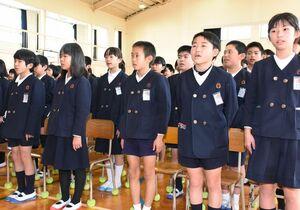 亡くなった6人の児童を悼む「花供養の歌」を合唱する児童たち=みやき町の三根東小