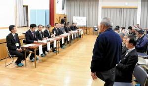 塚部芳和市長や市執行部が市民の意見を聞いた「伊万里の夢づくり」座談会=伊万里市大川町の大川公民館