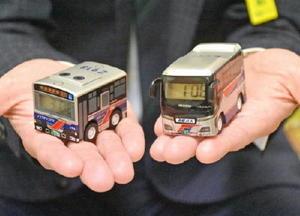 西肥バスが限定販売しているバス型目覚まし時計。路線バス(左)と貸し切りバスの2タイプがある