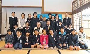 私たちの地球を守る絵画展の入賞者たち=佐賀市の本丸歴史館