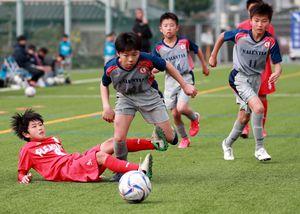 準決勝・PLEASURE SC RED-VALENTIA スライディングをかわす選手