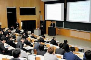 学生の地元就職率を向上させる取り組みを紹介したシンポジウム=佐賀市の佐賀大学本庄キャンパス